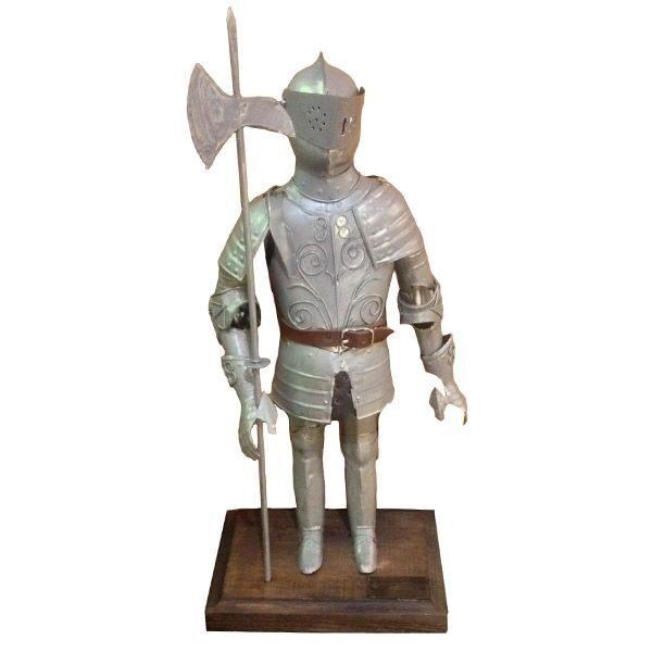 Фигурка рыцаря из дерева